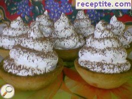 Baskets with egg white cream