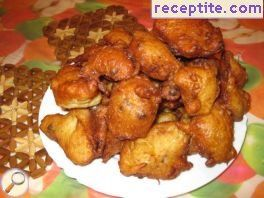 Fritters with raisins and honey sauce