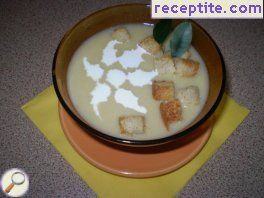 Vegetable soup with croutons and cream