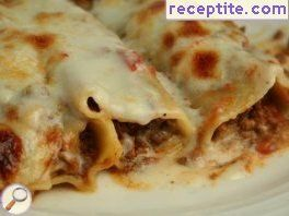 Cannelloni with mince sauce and two