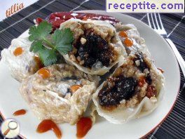Dolmas with prunes and bulgur
