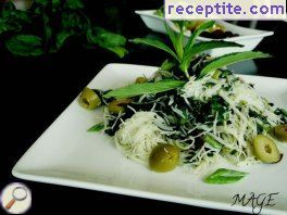 Rice noodles with spinach and pesto
