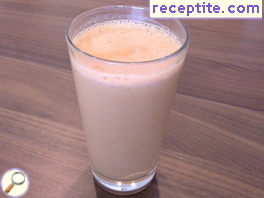 Smoothie with cashew nuts and goji berries