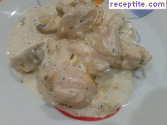 Chicken legs with cream and mushrooms