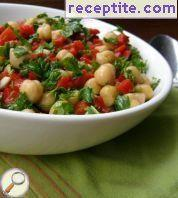 Salad with chickpeas and red peppers