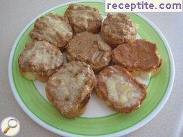 Sandwiches with tuna and onion