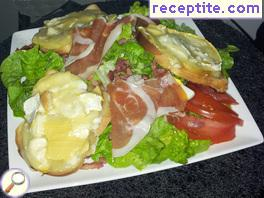 Salad with apples and prosciutto