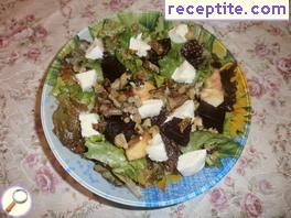 Green salad with beetroot and mozzarella
