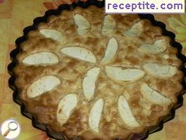 Apple pie with pine nuts and raisins