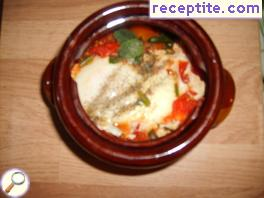 Veiled eggs with tomato sauce and garlic in pots
