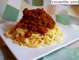 Spaghetti with minced meat and tomato chutney